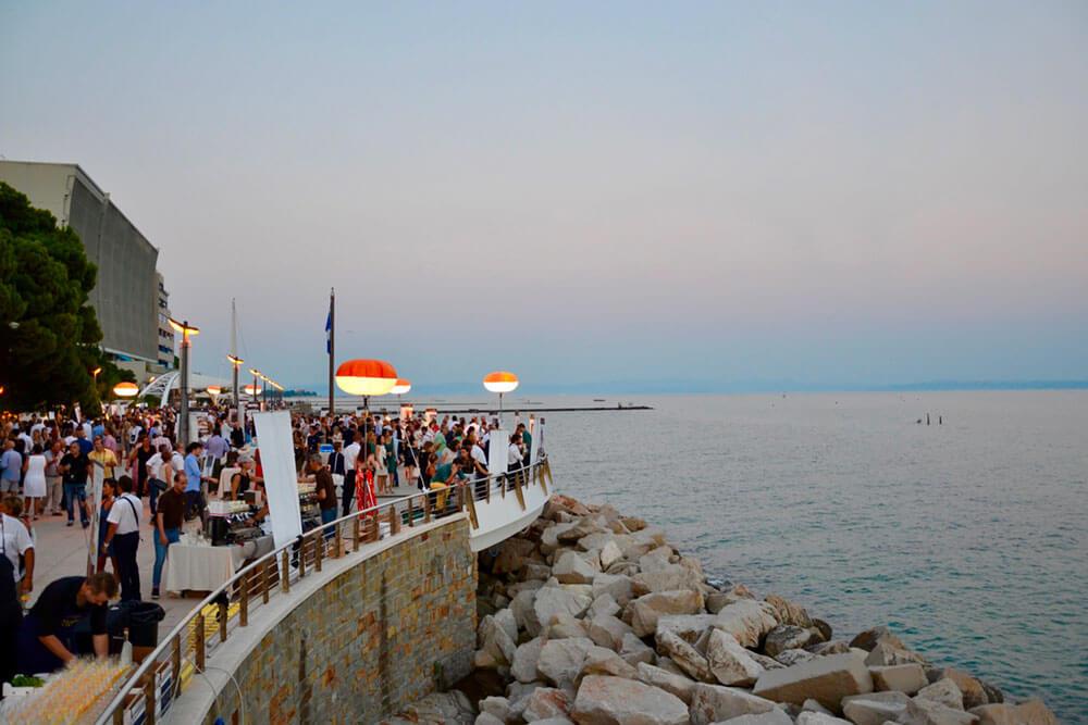 Martedì 30 e mercoledì 31 luglio 2019  Duplice appuntamento sulla passeggiata a mare di Grado  con le Cene spettacolo di Friuli Venezia Giulia Via dei Sapori