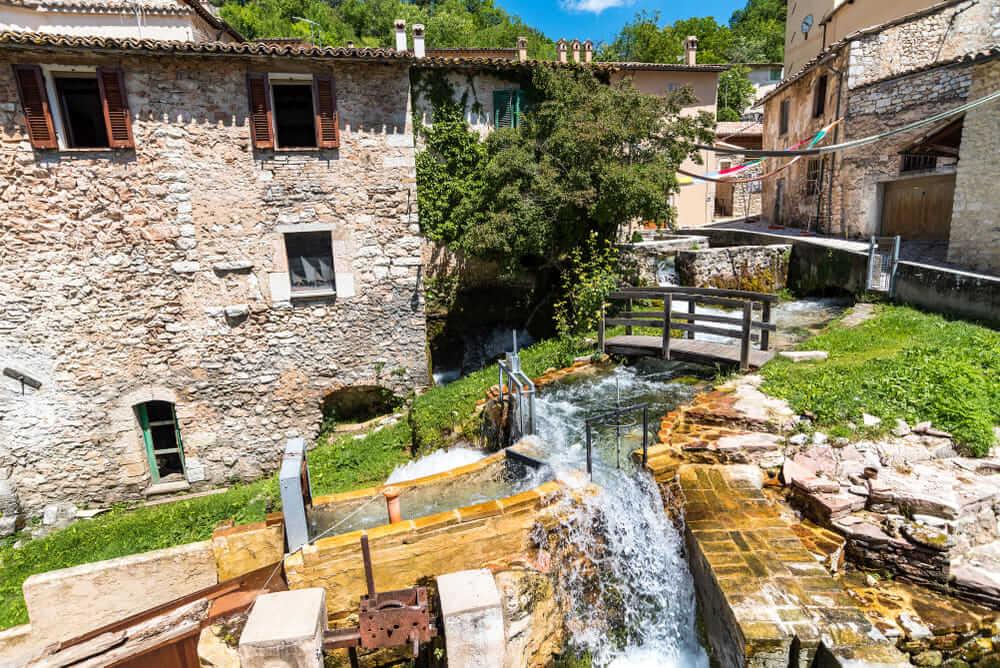 """In Umbria, il18 luglio, una passeggiata alla scoperta del """"Borgo delle acque""""."""